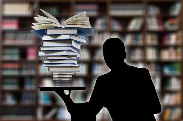 大量の本を抱える人