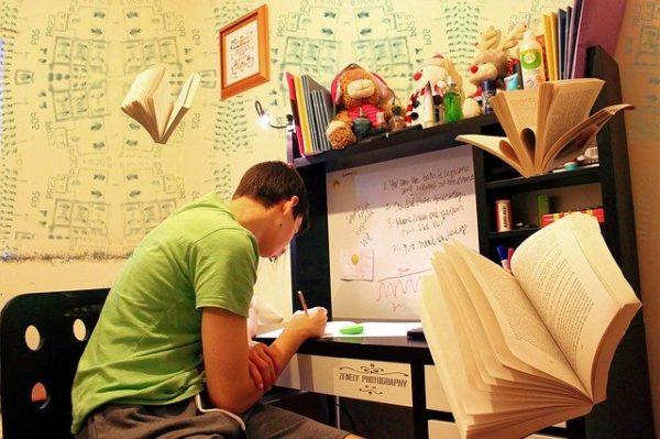 机に向かって勉強をしている人