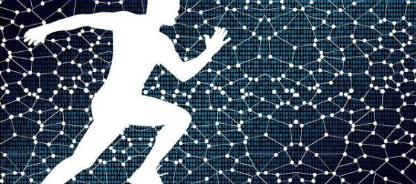 電脳空間を走る白塗りの人間