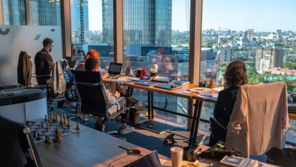 窓の外を向きながら仕事をする人々